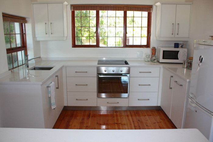 Kitchen deakin dng interiors cape town south africa for Kitchen cabinets cape town